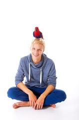 Teenager mit Papagei auf dem Kopf