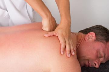 Massage énergique des épaules