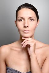 Portrait einer schönen Frau mit einem fürsorglichen Blick