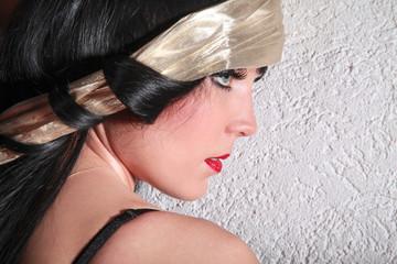 Junge hübsche Frau mit tollem Make Up Profilansicht