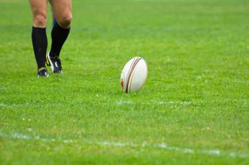Jugador pateando en un partido de rugby