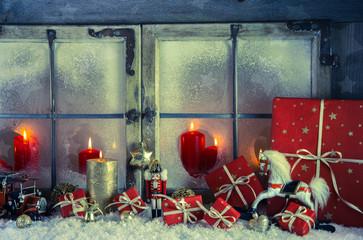 Weihnachtsfenster mit Kerzen dekoriert: Weihnachtskarte