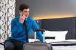 Mann telefoniert bei Anreise im Hotel Zimmer