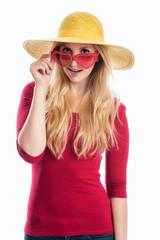 Blondes Mädchen mit Sonnenbrille und Hut