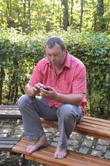 Mann mit Smartphone draußen
