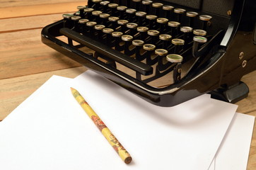 alte schreibmaschine mit papier und stift