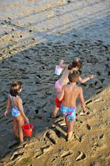 Niños jugando en el barro, vacaciones de verano, playa