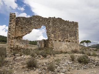 Ruinas de una casa de campo con un gran agujero