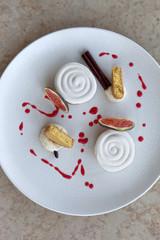 Dessert with meringue, vanilla cream, figs and biscuits