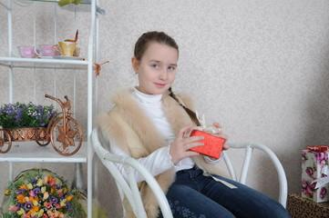 портрет девочки в кресле