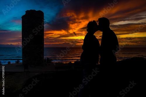 canvas print picture Liebespaar küsst sich bei Sonnenuntergang