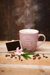 Becher Kaffee mit Kaffeebohnen