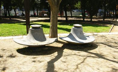 Mobiliario urbano en un parque de Barcelona