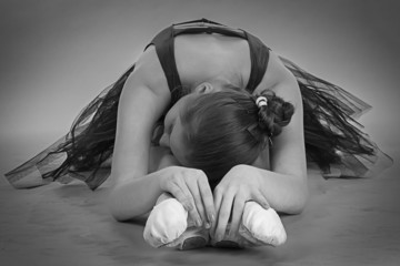 Black and white foto of stretching ballerina
