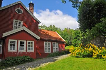 rotes norwegisches haus mit garten, skandinavien