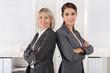 Zwei lachende erfolgreiche Frauen: Konzept Karriere