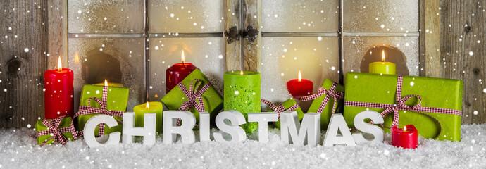 Schaufensterdekoration weihnachtlich in Grün, Rot, Weiß mit Holz