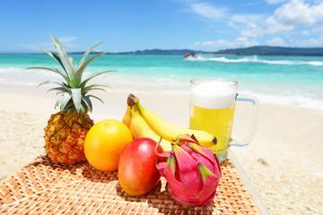 新鮮なトロピカルフルーツと美しい海