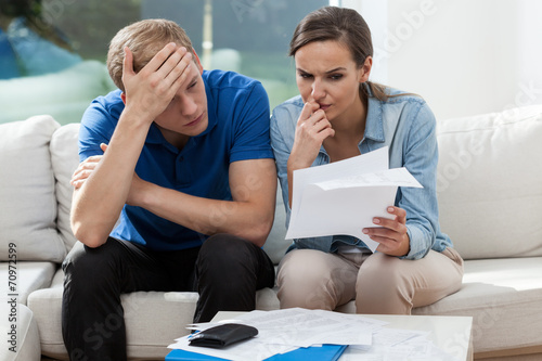 Leinwanddruck Bild Couple analyzing family bills