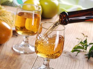 versare il vino bianco nel calice di vetro
