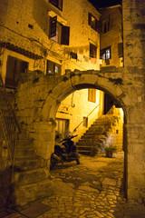Porche en pierre de nuit