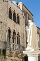 Statue et façade vénitienne