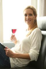 Frau trinkt ein Glas Rotwein