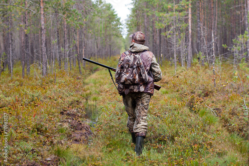 Papiers peints Chasse hunter walking on the forest road