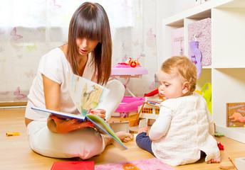 Mutter und Kind mit Bilderbuch