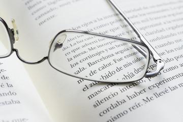 Gafas y libro 2