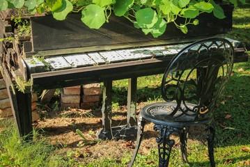 Altes Klavier als Deko im Garten