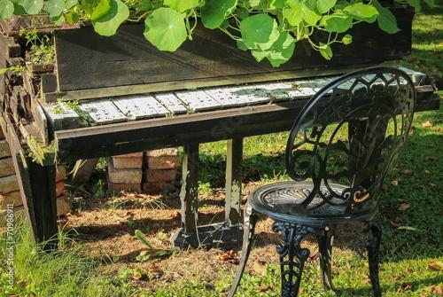 altes klavier als deko im garten stockfotos und lizenzfreie bilder auf bild 70986911. Black Bedroom Furniture Sets. Home Design Ideas