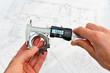 Leinwanddruck Bild - Qualitätskontrolle mit Meßschieber im Maschinenbau