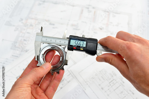 Leinwanddruck Bild Qualitätskontrolle mit Meßschieber im Maschinenbau
