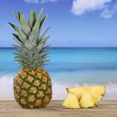 Frische Ananas Frucht am Meer und Strand