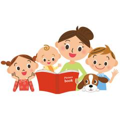 絵本を読む母に集まる子供達