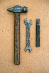 Молоток, зубило и гаечный ключ