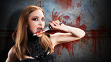 Vampir mit Messer vor einer blutigen Wand