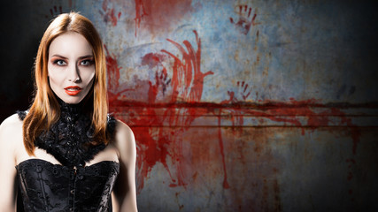 Vampir vor einer blutigen Wand