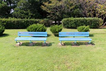 水色木製ベンチ