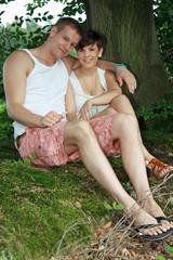junges Paar unter einem Baum