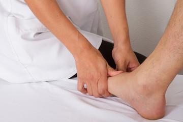 Massage dessus du pied
