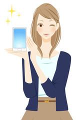 新品のスマートフォンを持つ笑顔の女性