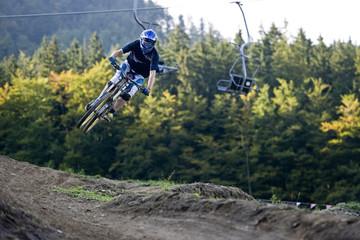 Mountainbiker jumps