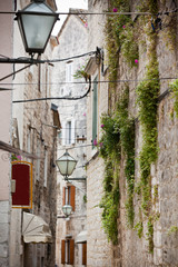 Stare kamienne wąskie uliczki, Trogir, Chorwacja