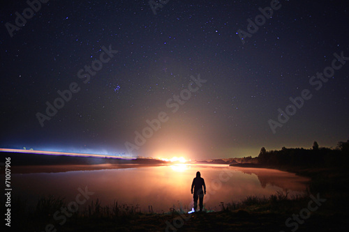 Tuinposter Zonsondergang starry night sky lake landscape