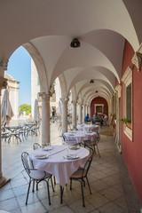 Arcades, restaurant et place