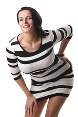 Frau in einem schwarz-weißen Kleid isoliert