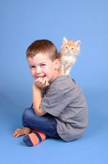 Kleiner Junge mit Katzenbaby