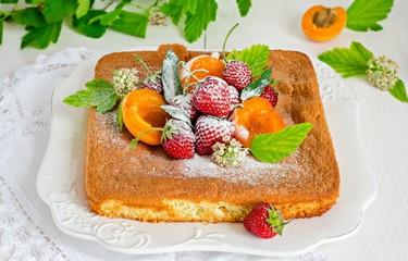 Бисквит с клубникой и абрикосами
